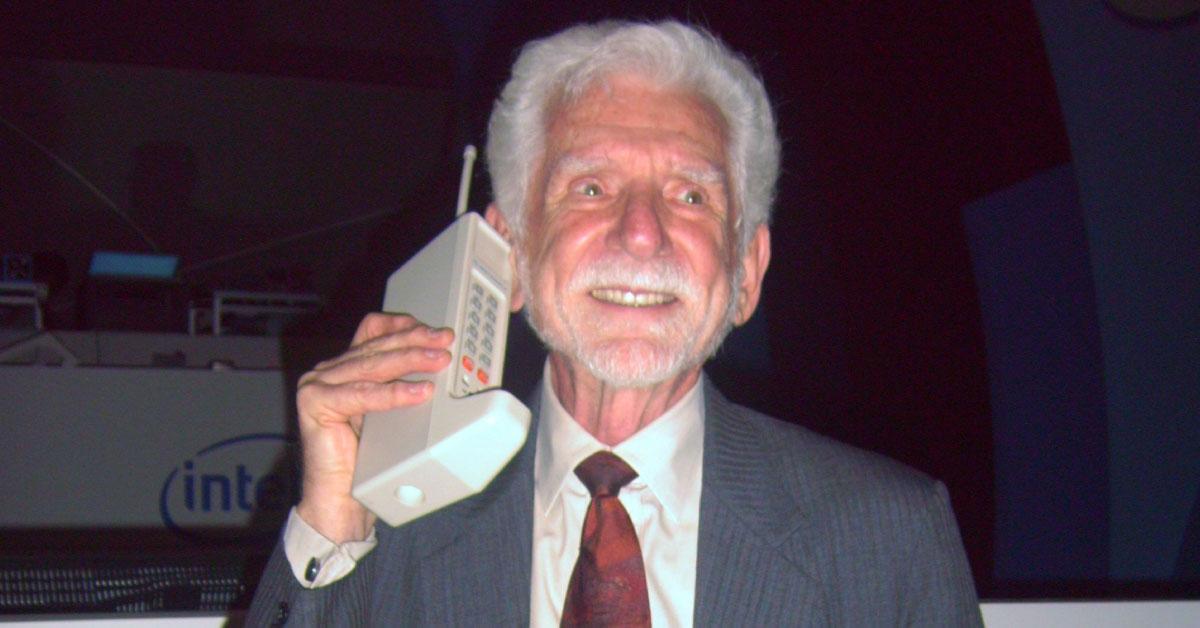 รู้หรือไม่...? โทรศัพท์มือถือเครื่องแรกของโลกคือรุ่นอะไร และมีราคาขายที่เท่าใดกัน