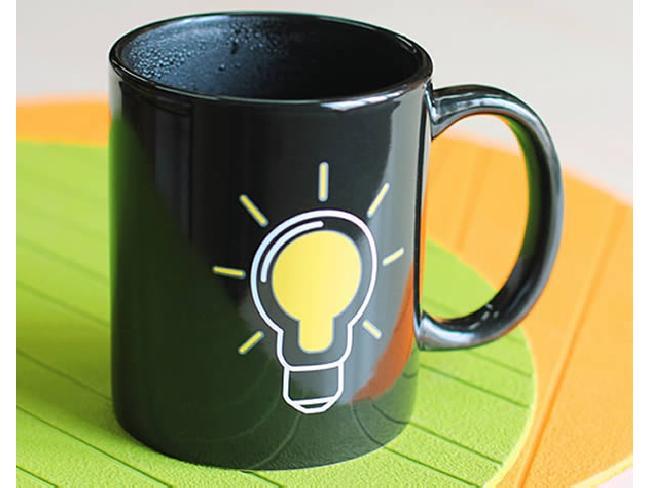 แก้วกาแฟแนวชิกๆ มีหลอดไฟบอกสถานะความร้อนด้านข้าง