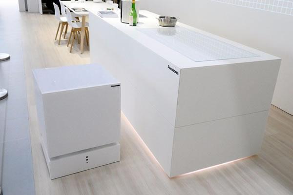 ก็มันขี้เกียจลุก! Panasonic คิดค้นตู้เย็นเดินเองได้ ใช้คำสั่งเสียงมาหาถึงโซฟา