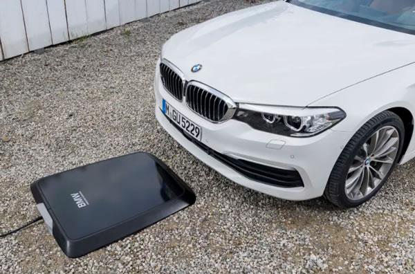 [ที่สุดในโลก] BMW คิดค้นแผ่นชาร์จไร้สายสำหรับรถยนต์ไฟฟ้า แจ้งชาร์จเต็มผ่านสมาร์ทโฟน