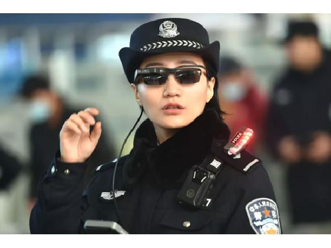 ลํ้าหน้า! ตำรวจประเทศจีนสวมใส่แว่นตาอัฉริยะ ตรวจจับกับวิเคราะห์แยกแยะใบหน้าคนร้าย ด้วย AI